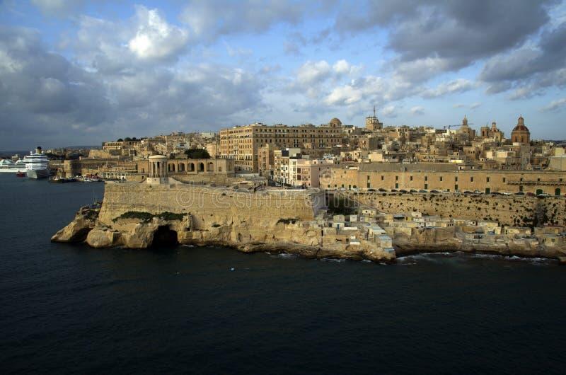 Orizzonte e vista panoramica al porto La Valletta al primo mattino immagine stock libera da diritti