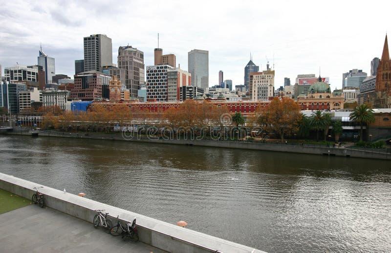 Orizzonte iconico sulla riva urbana in CBD Paesaggio urbano costiero dei grattacieli sul fiume di Yarra, Southbank, Melbourne, Vi fotografie stock