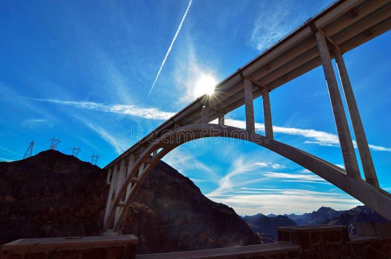 Orizzonte impressionante della diga di aspirapolvere con i fasci del sole fotografia stock