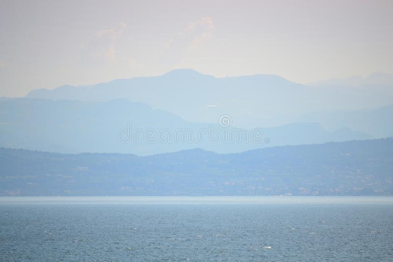 Orizzonte Italia delle montagne delle alpi di paesaggio del lago garda fotografie stock
