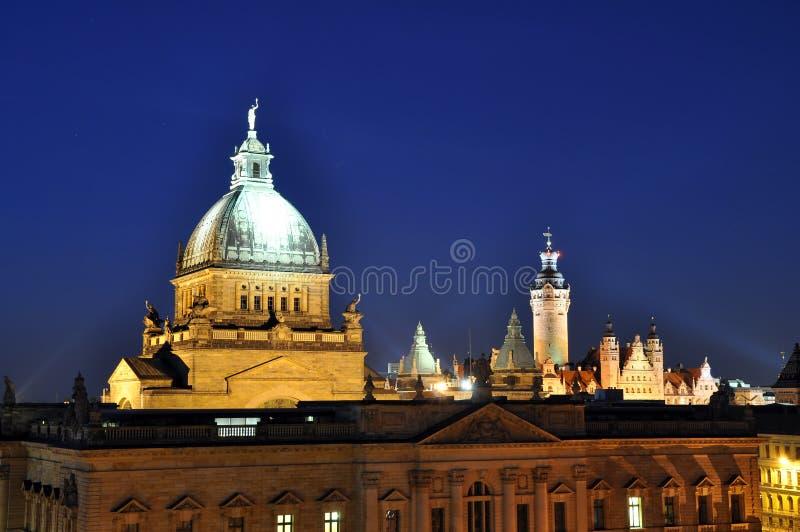 Orizzonte Leipzig in Germania alla notte - cou amministrativo federale fotografia stock libera da diritti