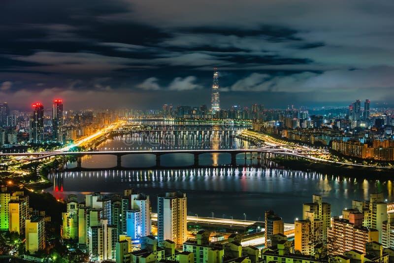 Orizzonte Lotte World Shopping Center di mattina alla notte Su Han River in Corea del Sud fotografia stock libera da diritti