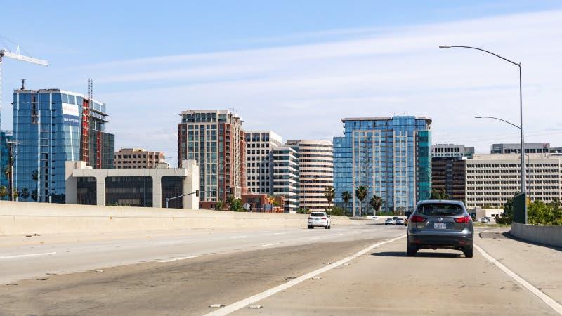 Orizzonte 5 maggio 2019 di San José/CA/U.S.A. - di San José con i grattacieli moderni e gli alti aumenti, come visto dall'autostr fotografia stock