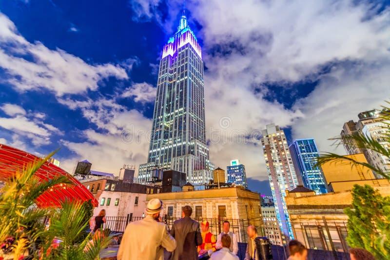 Orizzonte meraviglioso di notte di Manhattan su una bella sera di estate immagini stock