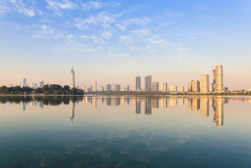 Orizzonte moderno della città con il bello lago immagine stock