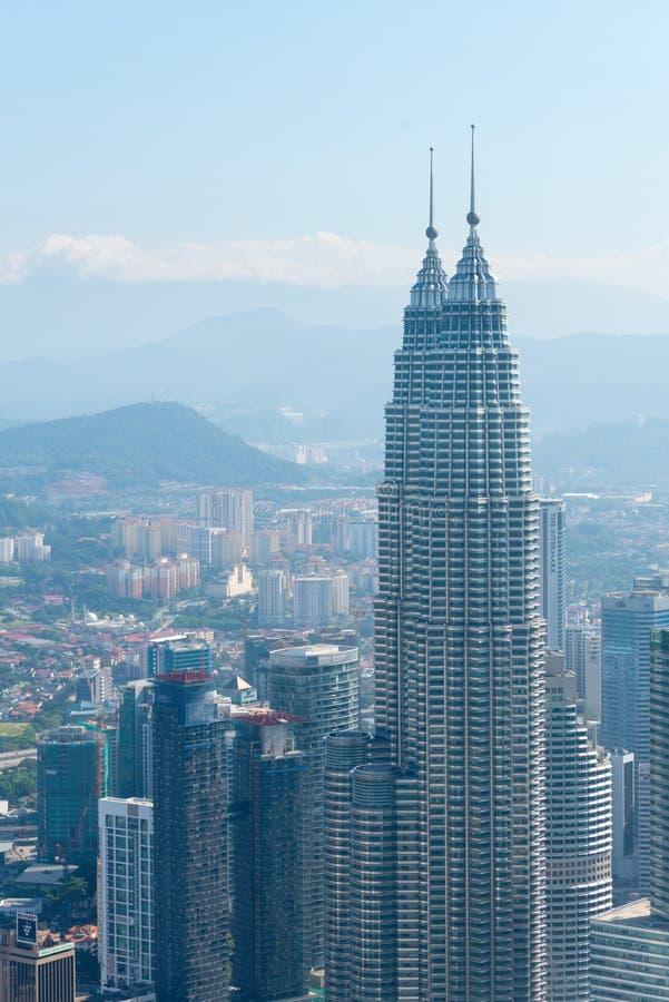 Orizzonte moderno della città di Kuala Lumpur con il landm delle torri gemelle di Patronas fotografie stock