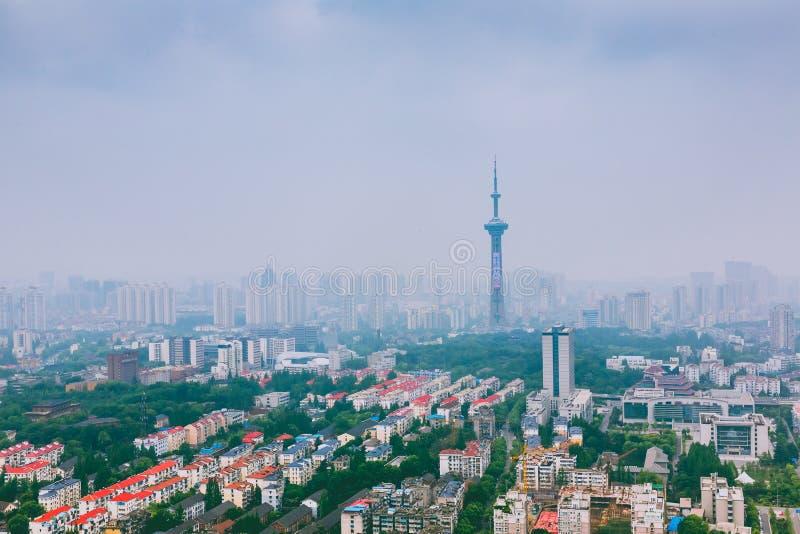 Orizzonte moderno della città di Nanchino con il bello lago nella mattina immagini stock
