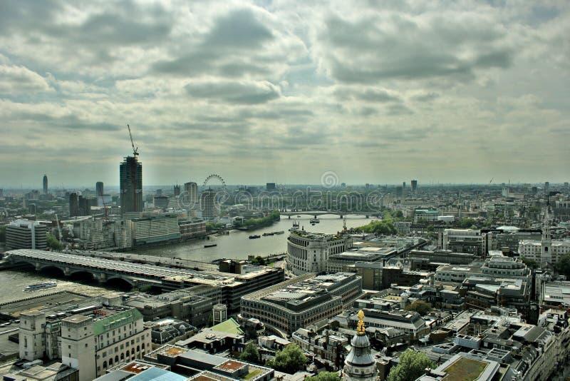 Orizzonte nuvoloso di paesaggio urbano di Londra fotografia stock libera da diritti