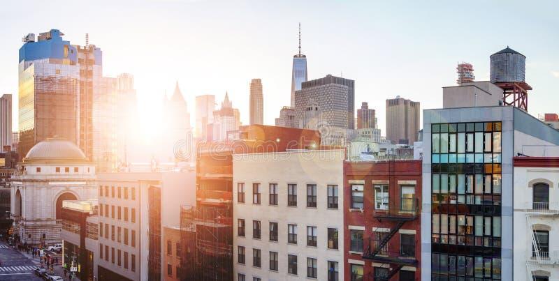Orizzonte panoramico di New York con dei grattacieli del centro in Manhattan fotografia stock