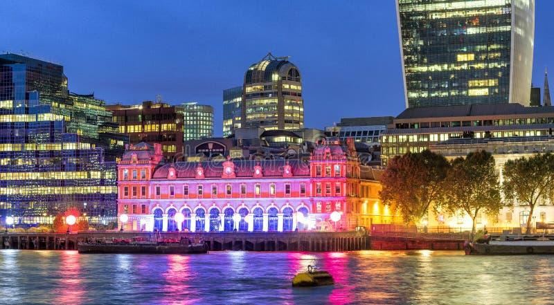 Orizzonte a penombra, Londra - Regno Unito di Canary Wharf immagini stock libere da diritti