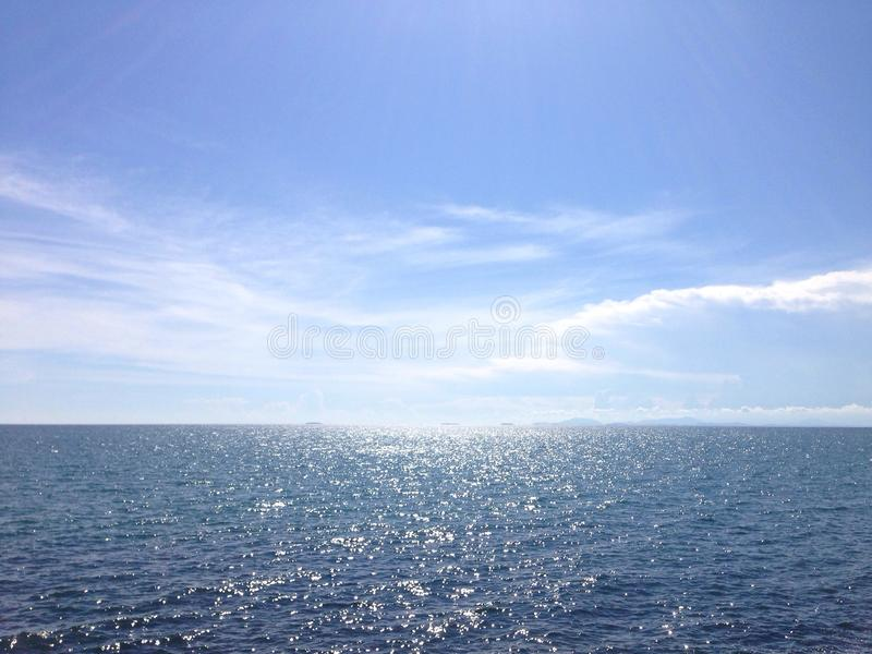 Orizzonte soleggiato dell'oceano fotografia stock