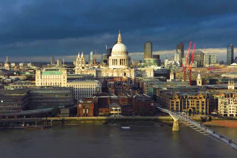 Orizzonte tempestoso di Londra sopra il Tamigi immagine stock