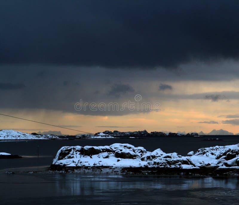Orizzonte tempestoso nelle isole di Lofoten della Norvegia Le belle isole Un punto di vista del traghetto fotografia stock libera da diritti