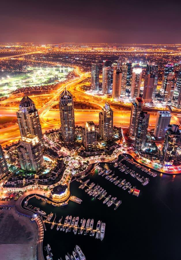 Orizzonte variopinto maestoso del porticciolo della Dubai durante la notte Porticciolo della Doubai, Emirati Arabi Uniti fotografie stock libere da diritti
