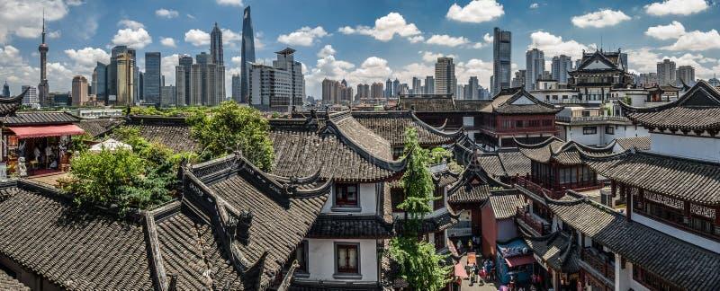 Orizzonte yuyuan del giardino e di Pudong di Shanghai fotografie stock libere da diritti