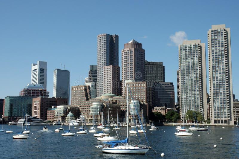Orizzonti di Boston catturati dal fiume di Charles 1 immagini stock