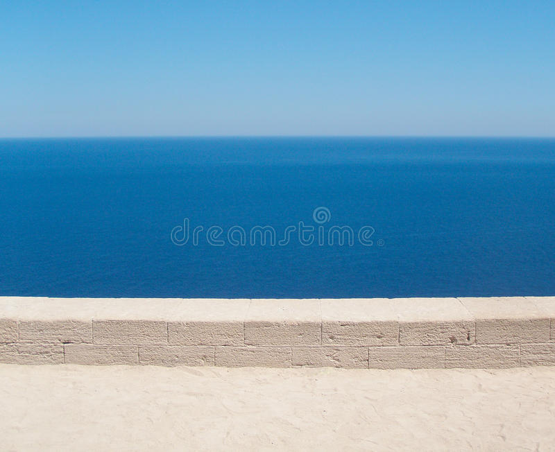 Orizzonti sopra gli orizzonti Trascuratezza del mare da sopra fotografie stock