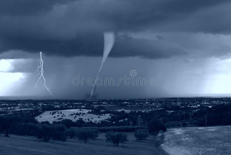 Orkaan op de stad stock foto's