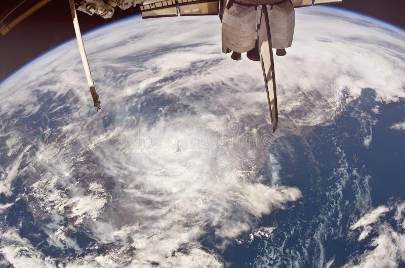 Orkanöga som ses från rymdskeppet, collage arkivbild