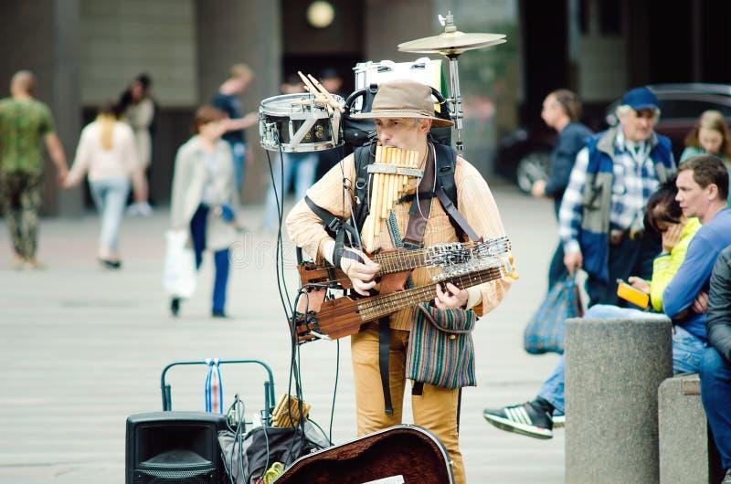 Orkestermannen spelar på gatan för förbipasserande i St Petersburg royaltyfri foto