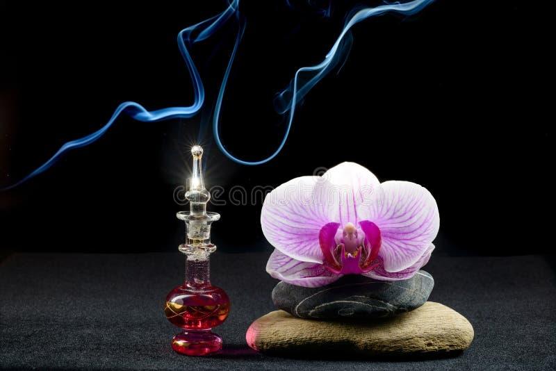 Orkidé- och doftflaska royaltyfria foton