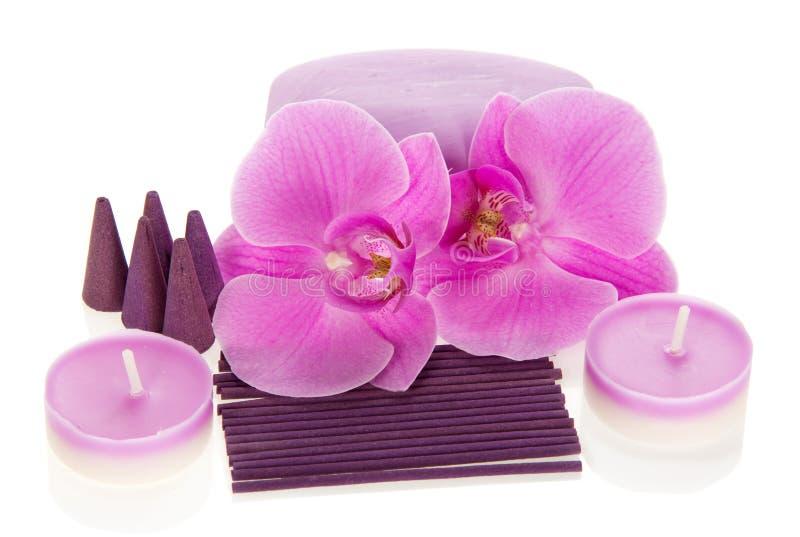 Orkidéblommor, aromatisk uppsättning och stearinljus arkivbild