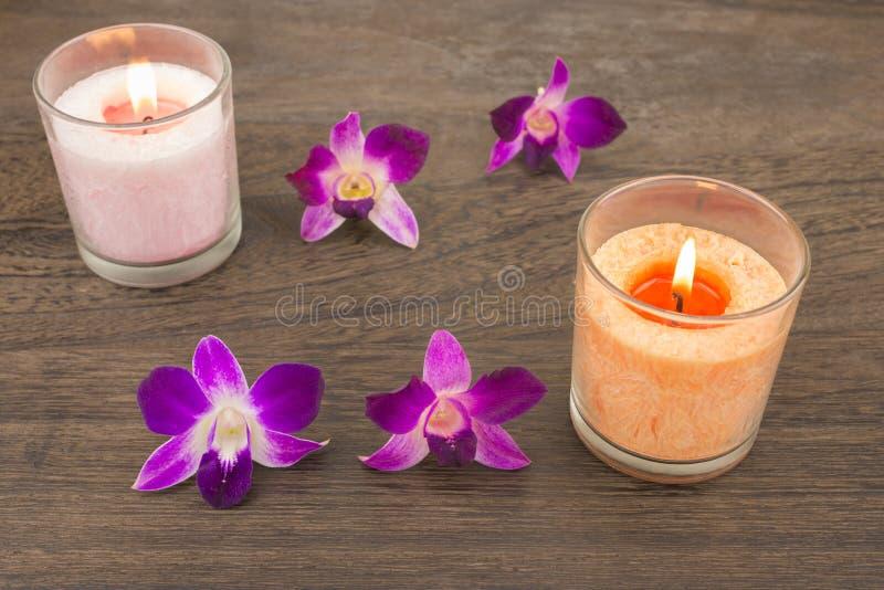 Orkidéblommor och stearinljus royaltyfri bild