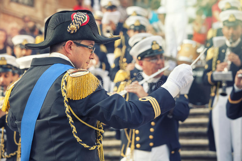 Orkiestra dyrygent w wojskowym uniformu z muzykalnym zespołem w hiszpańszczyzna krokach w Rzym, Włochy fotografia stock
