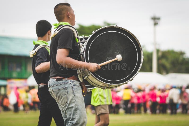 Orkiestra marsszowa dobosze wykonują w szkolnej paradzie fotografia royalty free
