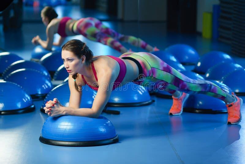 orking强有力的可爱的肌肉妇女健身的教练员w  图库摄影