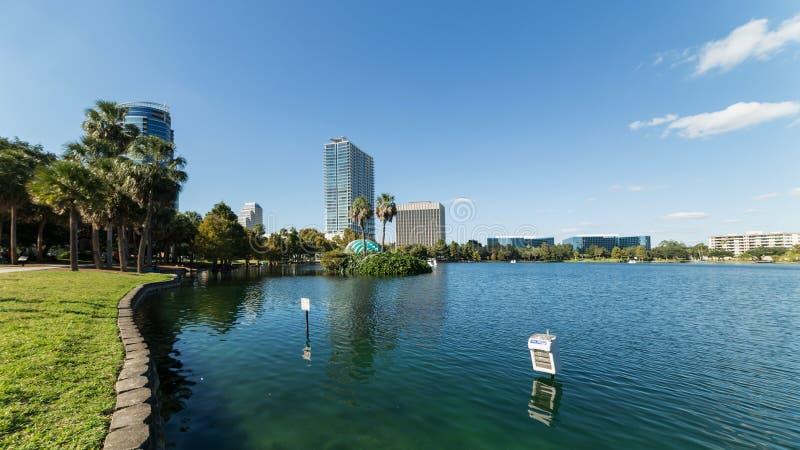 Orlando湖Eola与都市摩天大楼和明白蓝天的早晨 库存图片