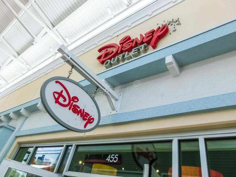 Orlando, de V.S. - 10 Mei, 2018: Het teken voor een Disney-de premieafzet van Orlando van het detailhandel binnenwinkelcomplex in royalty-vrije stock afbeelding