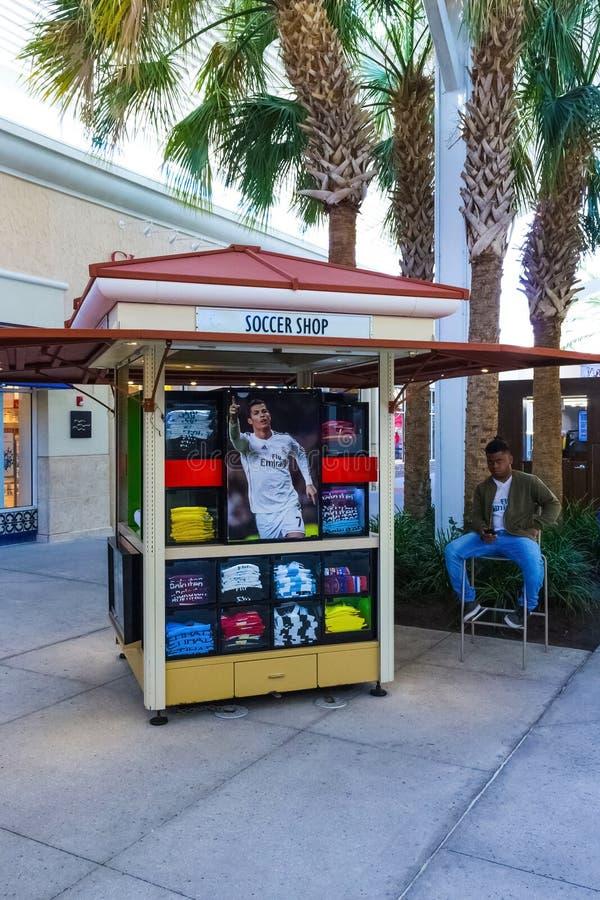 Orlando, de V.S. - 8 Mei, 2018: Van de winkel van de voetbalvoetbal bij bij opslag in de premieafzet van winkelcomplexorlando in  stock fotografie