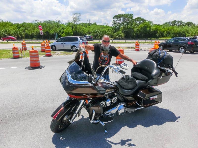 Orlando, Etats-Unis - 8 mai 2018 : Le cycliste supérieur de Harley Davidson se reposant à Orlando, Etats-Unis le 8 mai 2018 image libre de droits
