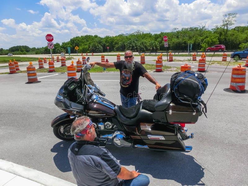 Orlando, Etats-Unis - 8 mai 2018 : Le cycliste supérieur de Harley Davidson se reposant à Orlando, Etats-Unis le 8 mai 2018 photos libres de droits