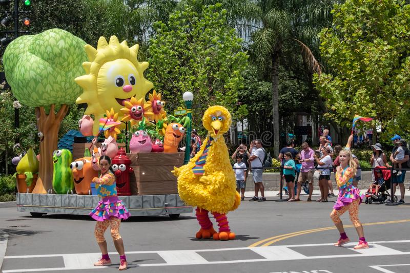 Big Bird and dancing girls in Sesame Street Party Parade in Sesame Street at Seaworld 3. Orlando, Florida. August 07, 2019 Big Bird and dancing girls in Sesame stock images