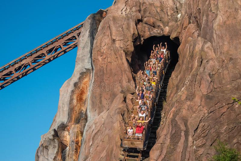 Orlando, Florida 29 de abril de 2019 povos entusiasmados que apreciam o roller coaster de Everest da expedição no reino animal em imagem de stock royalty free