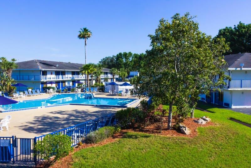 Orlando, Florida - 8 de maio de 2018: Piscina no recurso da via principal da pensão de Rodeway ou hotel em Orlando, Florida, EUA fotografia de stock royalty free