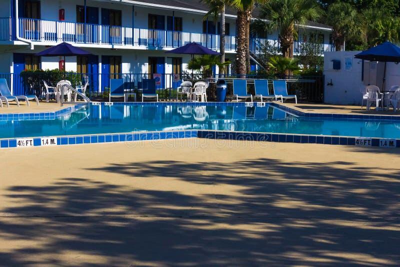 Orlando, Florida - 8 de maio de 2018: Piscina no recurso da via principal da pensão de Rodeway ou hotel em Orlando, Florida, EUA imagem de stock royalty free