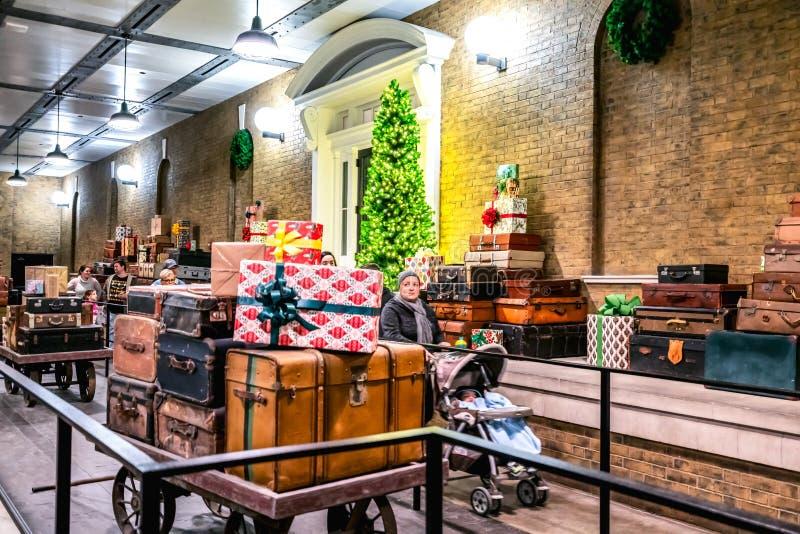 ORLANDO, FLORIDA, DE V.S. - DECEMBER, 2017: De Wizarding-Wereld van Harry Potter - de Hogwarts-Sneltreinpost en het Platform, Uni royalty-vrije stock afbeelding