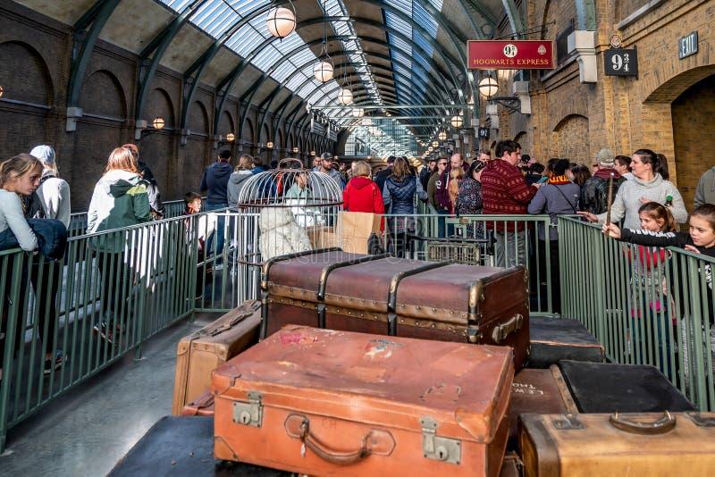 ORLANDO, FLORIDA, DE V.S. - DECEMBER, 2017: De Wizarding-Wereld van Harry Potter - de Hogwarts-Sneltreinpost en het Platform, Uni stock fotografie