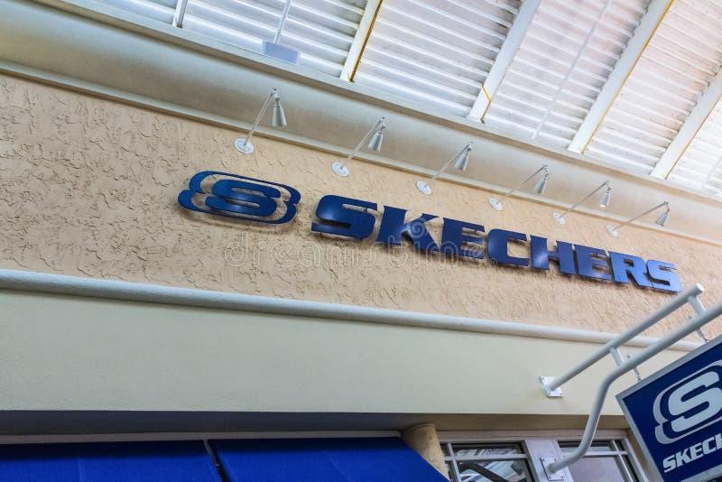 ORLANDO, FLORIDA, DE V.S. - 08 MEI, 2018: Teken van Skechers op het gebouw bij afzet in Orlando Premium Outlet Shopping Mall stock foto