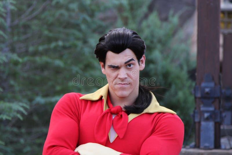 ORLANDO FLORIDA - DECEMBER 15: Det Disney teckenet från skönhet och fät, Gaston, poserar för en bild under festligheter på Disn royaltyfria foton