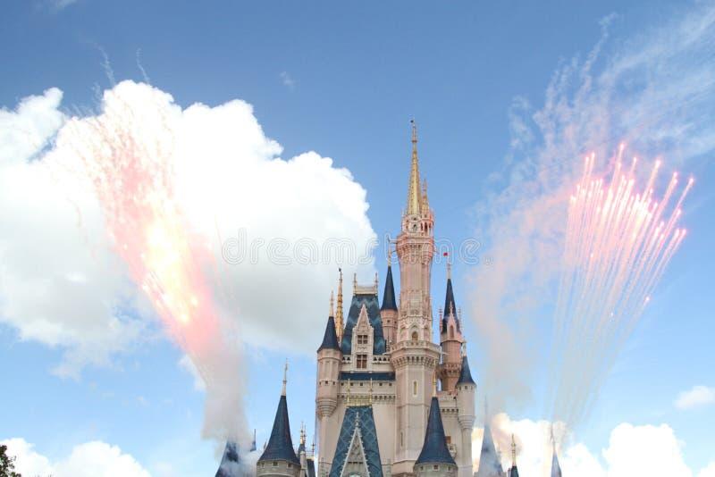 ORLANDO, FLORIDA - DECEMBER 15: Disney-het kasteel tijdens vuurwerk toont royalty-vrije stock foto