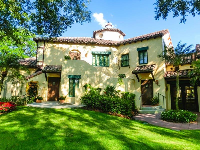 Orlando, Florida, EUA - 10 de maio de 2018: A casa senhorial italiana em estúdios universais do parque Orlando é um recurso do pa imagens de stock royalty free