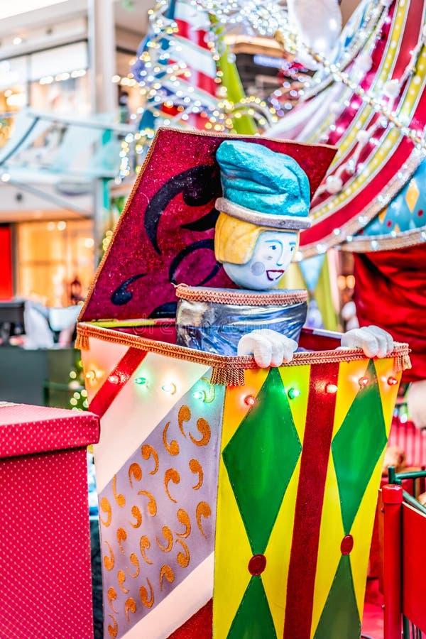 ORLANDO, FLORIDA, EUA - EM DEZEMBRO DE 2018: Decora??o colorida do Natal da caixa da surpresa na alameda em mil?nio fotos de stock