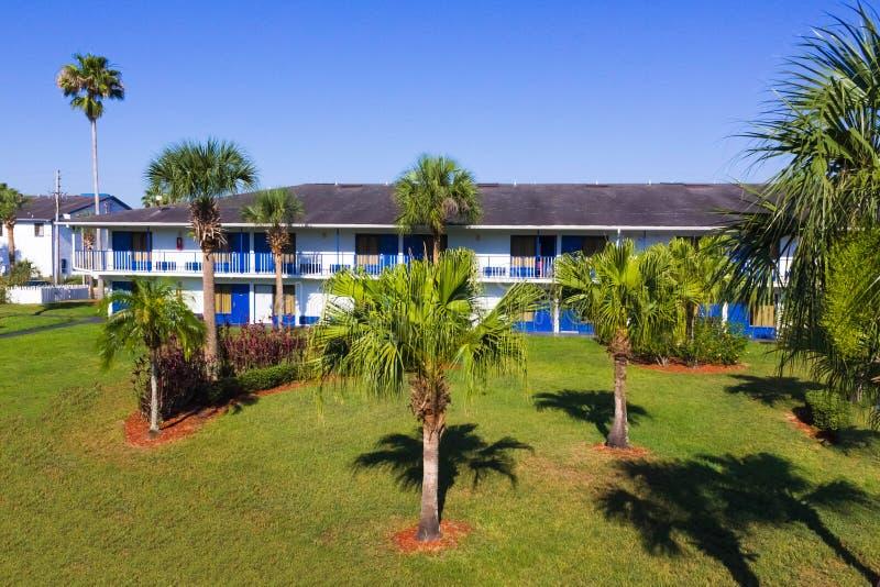 Orlando Florida - Maj 8, 2018: Semesterort eller hotell för Rodeway gästgivargårdMaingate på Orlando, Florida, USA arkivbild