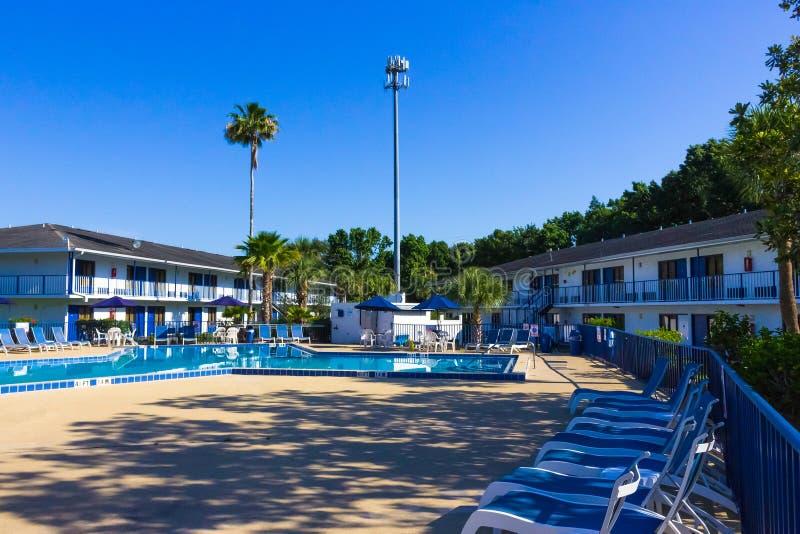 Orlando Florida - Maj 8, 2018: Simbassäng i semesterort för Rodeway gästgivargårdMaingate eller hotell på Orlando, Florida, USA arkivbilder