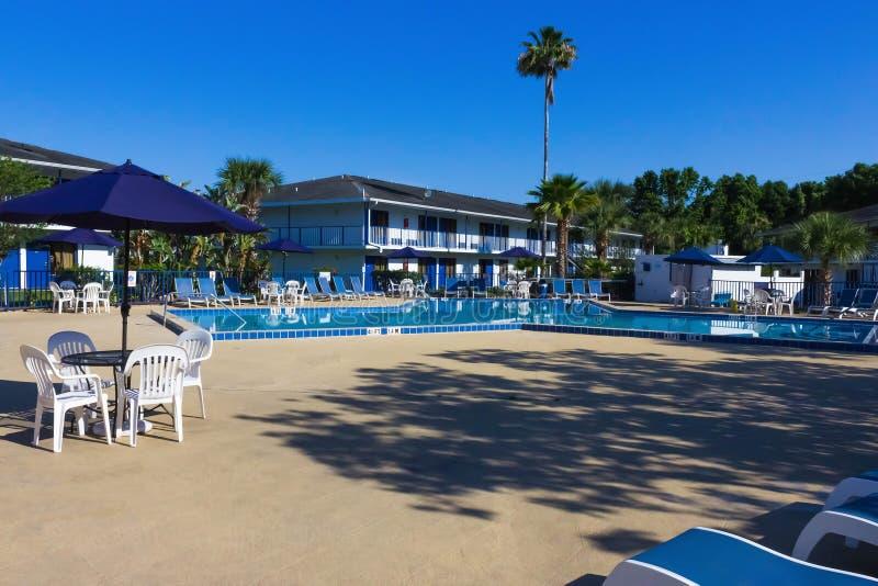 Orlando Florida - Maj 8, 2018: Simbassäng i semesterort för Rodeway gästgivargårdMaingate eller hotell på Orlando, Florida, USA royaltyfri foto