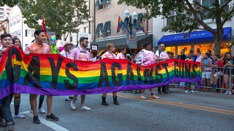 ORLANDO, FLORIDA - 12 NOV., 2016 - Impulsparade - de Activisten herinneren de slachtoffers en maart van de Impulsnachtclub met Ho stock foto's